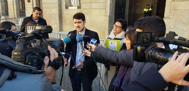 El portavoz de Pacma en Catalunya, Nacho Pascual, a las puertas del Ayuntamiento