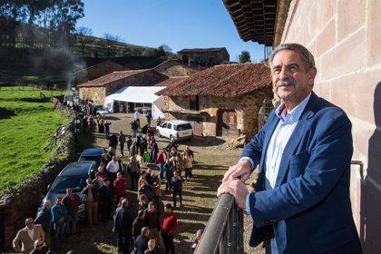 Revilla inaugura en Carmona la mejora del acceso y el hotel de la Casona