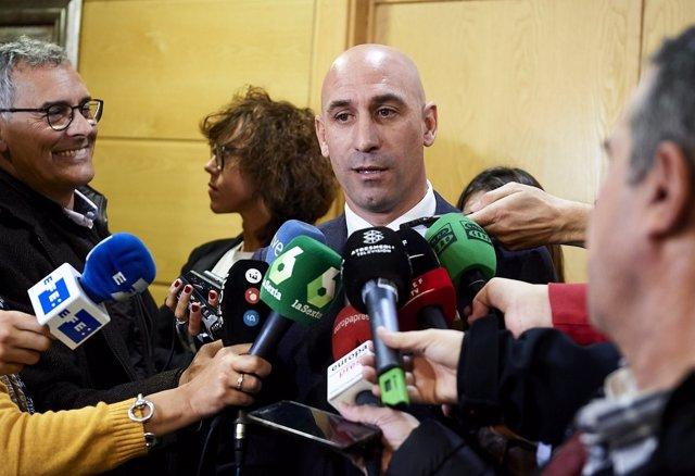Luis Rubiales atiende a los medios