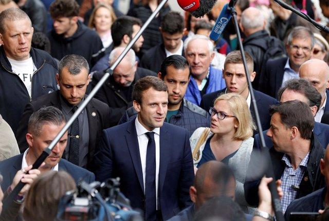Emmanuel Macron y su ayudante Alexandre Benalla (detrás)