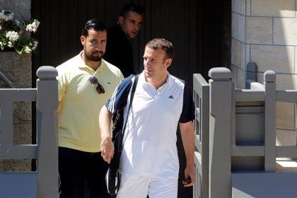 El exguardaespaldas despedido en julio por Macron contradice a este y asegura que ha mantenido el contacto con el Eliseo