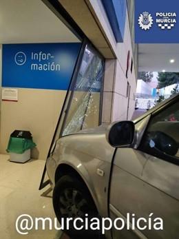 Imagen del coche empotrado contra la puerta de Urgencias