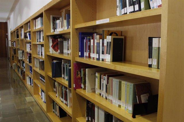 Libros en una estantería de una biblioteca valenciana