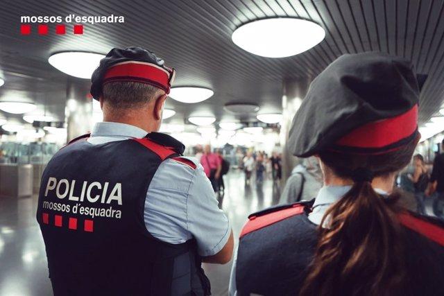 Mossos patrullant el transport públic