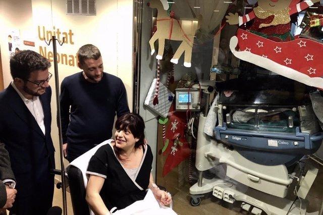 El vicepresident Pere Aragons visita al primer nadó de l'any a Catalunya