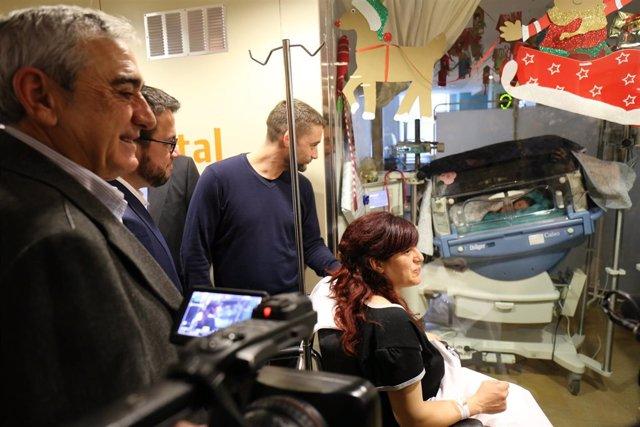 El alcalde de Terrassa Alfredo Vega visita a Emma, primer bebé del año