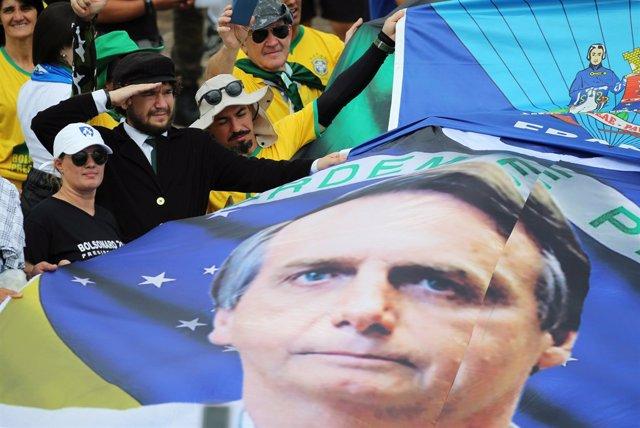 Partidarios de Bolsonaro con una pancarta con su imagen