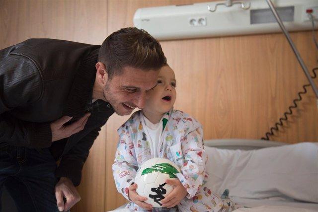 Joaquín Sánchez visita a los pequeños del Hospital Quirónsalud Infanta Luisa