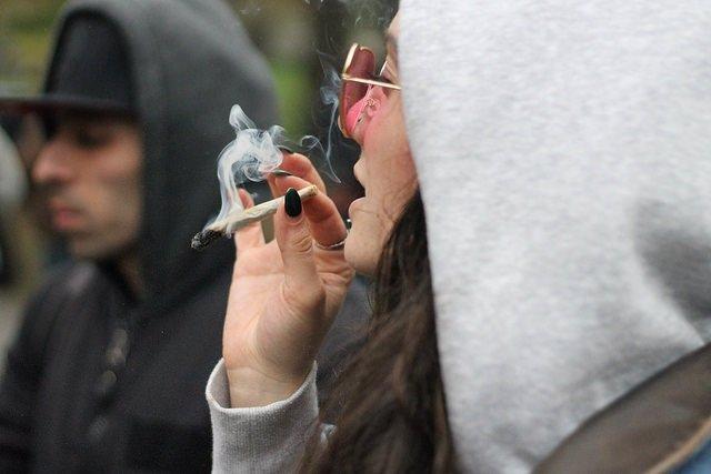 Chica fumando porro