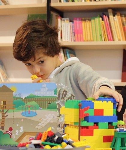 Los niños españoles prefieren entretenerse con juguetes y amigos antes que jugar con el móvil o ver la tele