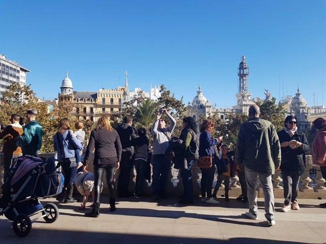 Visitantes en el balcón del Ayuntamiento de València