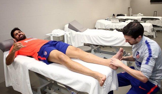 Diego Costa recibe tratamiento de fisioterapia
