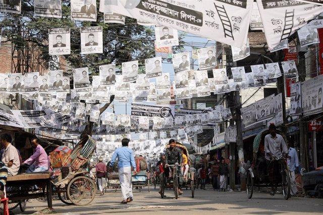 Carteles de candidatos a las elecciones en Bangladesh