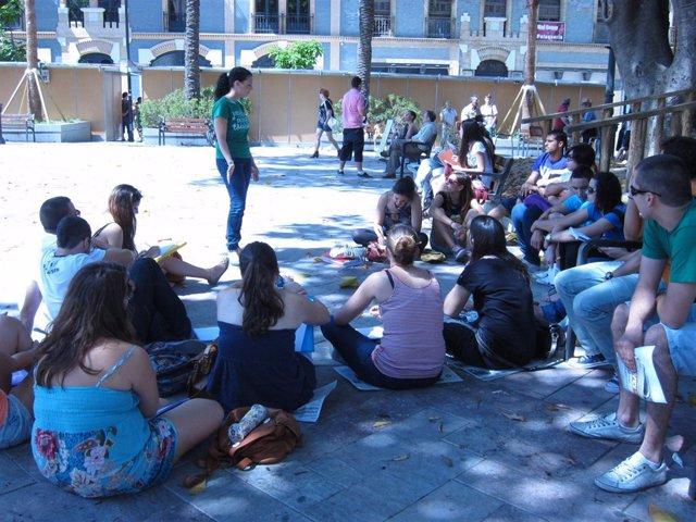 Universitarios En La Plaza De Las Monjas.