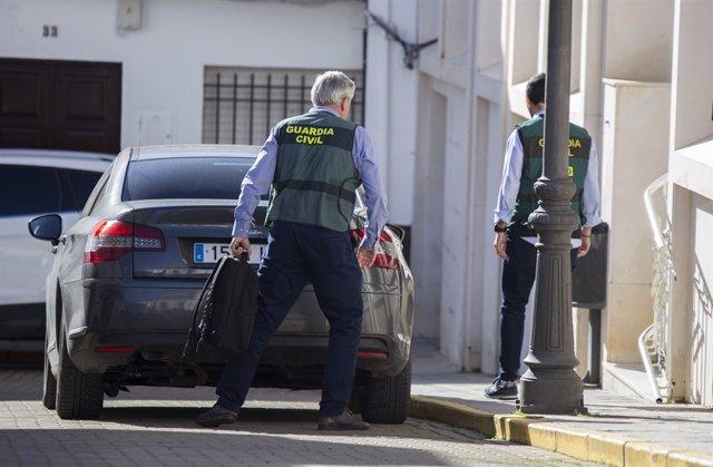 Efectivos de la Guardia Civil, en el juzgado de Valverde del Camino.