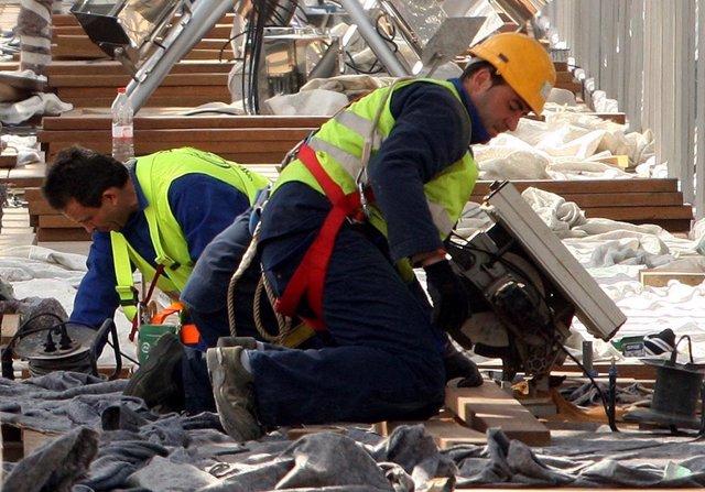 Imagen de archivo de unos trabajadores en su puesto.