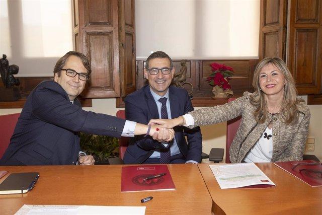 Carlos Aguilera, José Luján y Olga García estrechan sus manos