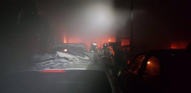 El incendio en este taller mecánico de La Almunia afectó a tres viviendas