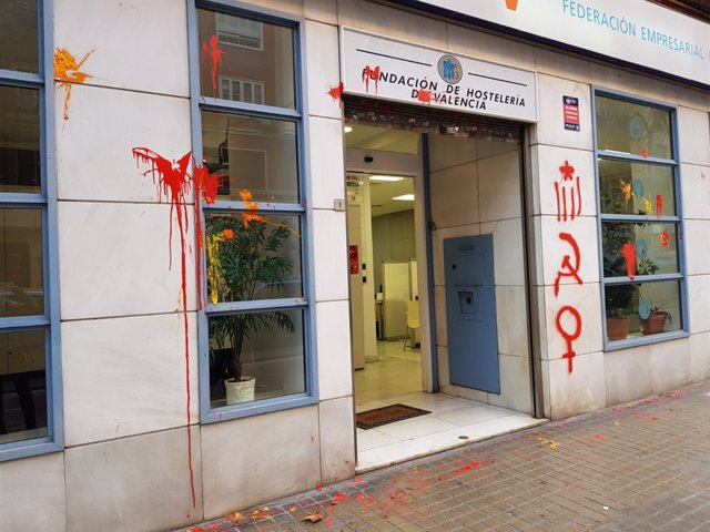 Pintadas en la sede de la FEHV en Valncia