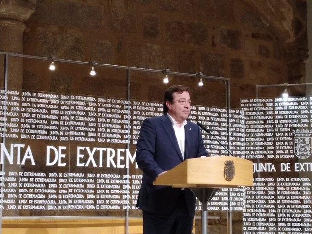Guillermo Fernández Vara durante la rueda de prensa