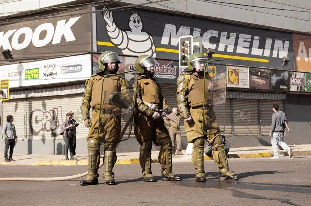 Carabineros chilenos sorprenden imitando a Juan Gabriel y se hacen virales