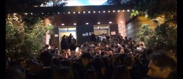 Jóvenes menores de edad a las puertas del Alameda en la Nochevieja de 2013