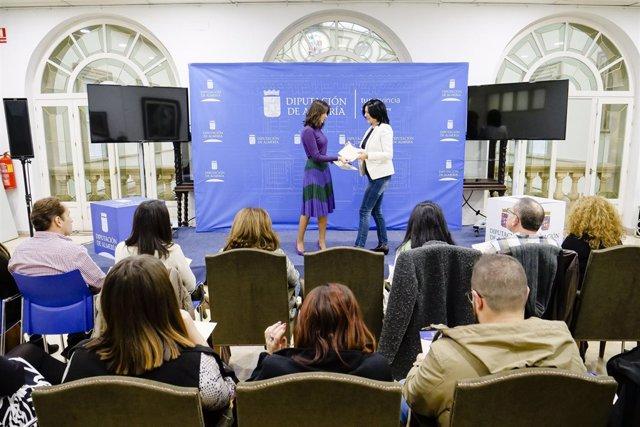 La diputada provincial de Empleo, Carmen López, entrega uno de los diplomas