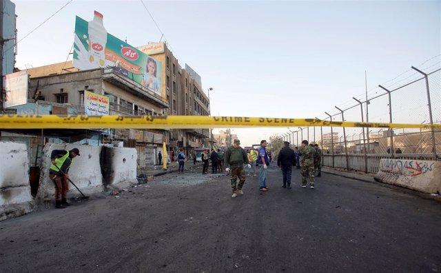 Fuerzas de seguridad iraquíes inspeccionan el lugar de un atentado en Bagdad