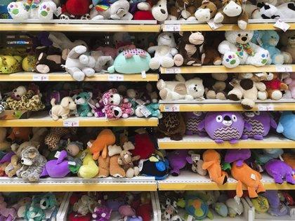 ToysRus dona juguetes a la Policía Local para niños de mujeres víctimas de violencia machista