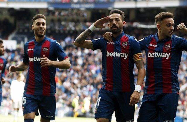 Los jugadores del Levante UD celebran un gol