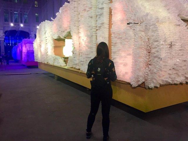 Mujer con mochila vibratoria delante de las carrozas de los Reyes Magos de 2019