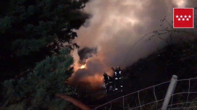 Un camión vuelca y se incendia en Somosierra