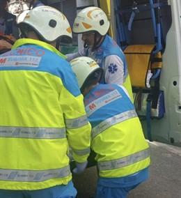 Técnicos del SUMMA atienden a un herido