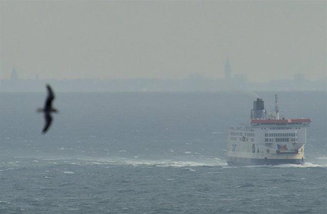 Un ferry en el Canal de la Mancha con la costa francesa al fondo