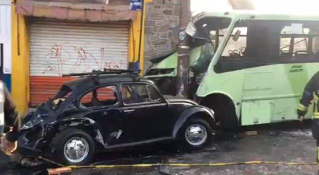 Accidente coche y autobús