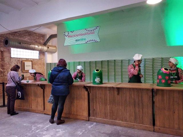 Entrega de roscones de Reyes a ciudadanos que reciclan tres botellas de vidrio
