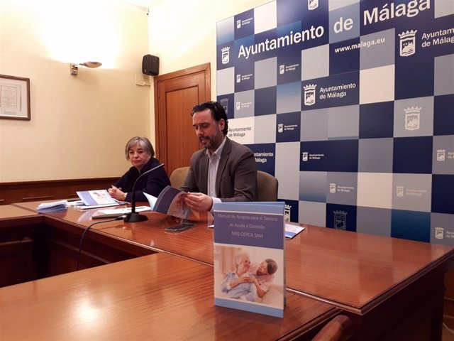 Raúl Jiménez presenta la guía del Servicio de Ayuda a Domicilio