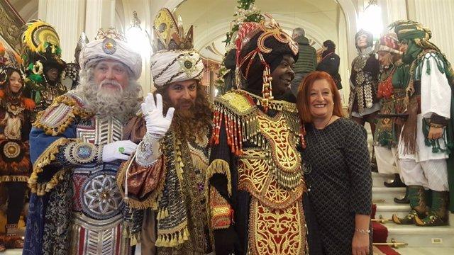 Itziar Urtasun, con los tres Reyes Magos.