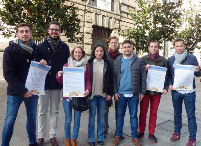 Cintia Bustos con miembros de NNGG ante Correos