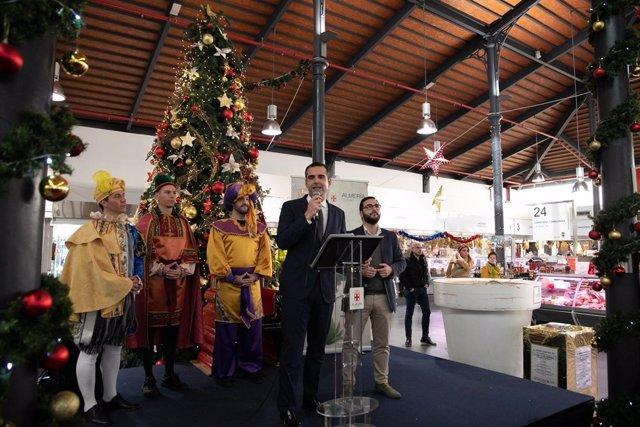 El alcalde, junto a los pajes de los Reyes Magos, en el Mercado Central