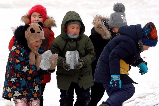 Niños chinos en el festival de hielo de Harbin