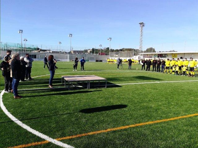 La consellera de Hacienda, Catalina Cladera, inaugurando el campo de fútbol
