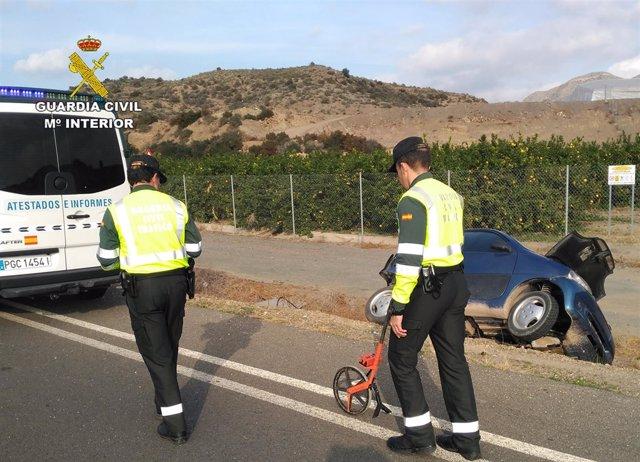 Agentes junto al cuadriciclo ligero cuyo conductor resultó herido grave