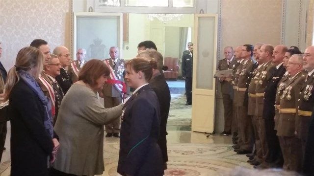 Xelo Huertas dando una condecoracón enla Pascua Militar