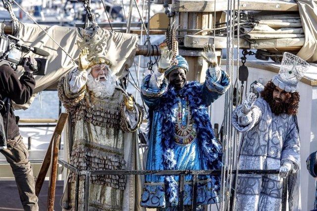 Els Reis Mags arriben a Barcelona en veler