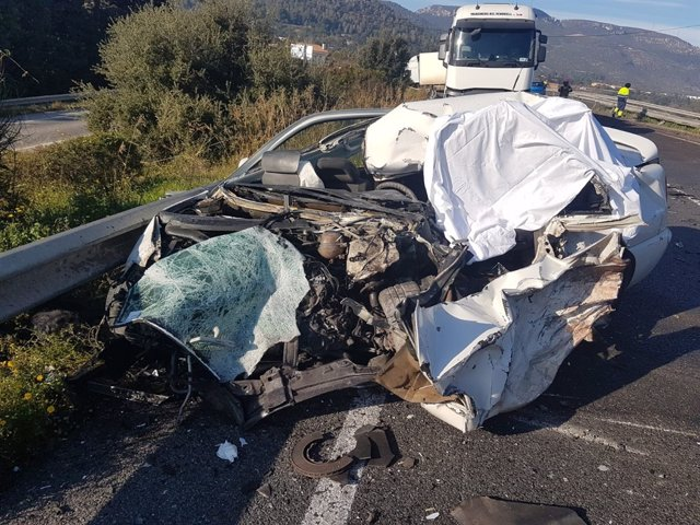 Cotxe sinistrat en la C-14 en Alcover (Tarragona)