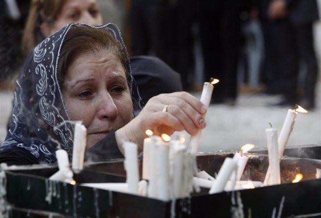 Ceremonia cristiana caldea en Bagdad con velas