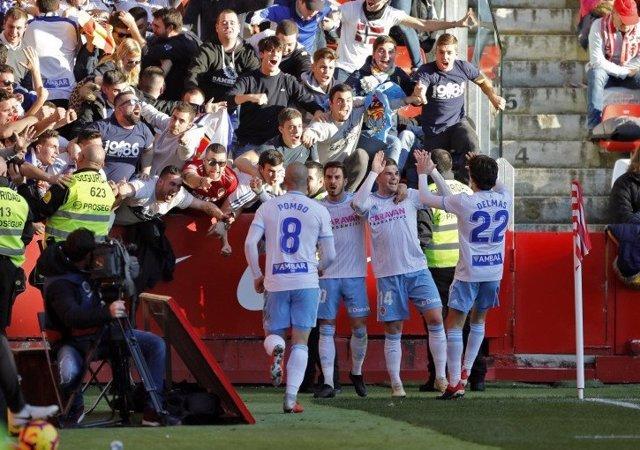 Los jugadores del Real Zaragoza celebran un gol