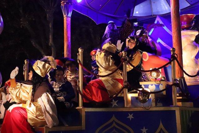 Miles de niños reciben en Zaragoza a los Reyes Magos, en una cabalgata ambientada en grandes soñadores de la historia