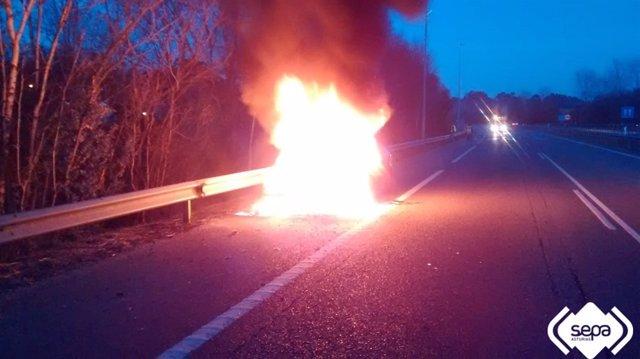 Incendio de un coche en Llanes